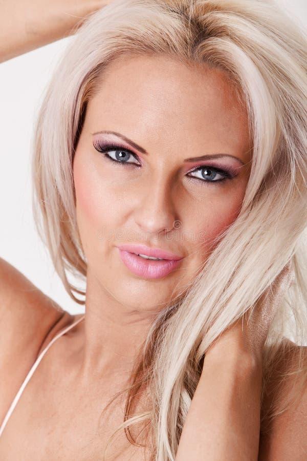 Mulher loura nova bonito com composição e lipsstick cor-de-rosa fotografia de stock royalty free