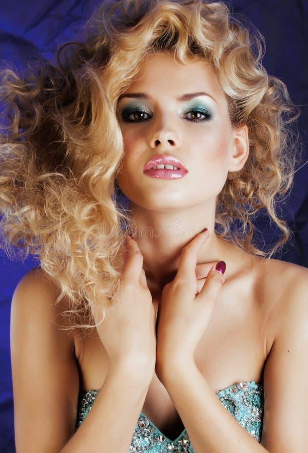 A mulher loura nova com as ondas da composição e do penteado do encanto fecha-se acima, batom cor-de-rosa fotografia de stock royalty free