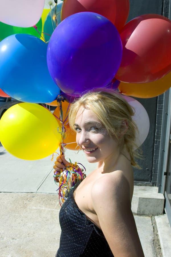 Mulher loura nova com balões fotos de stock