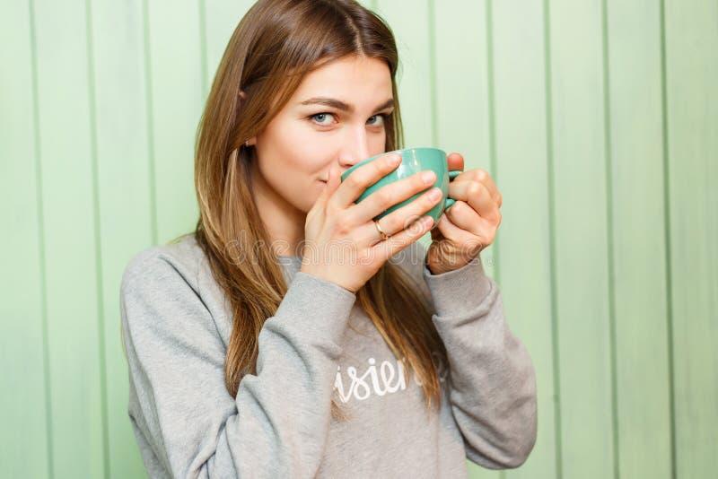 Mulher loura nova com caneca de café fotos de stock