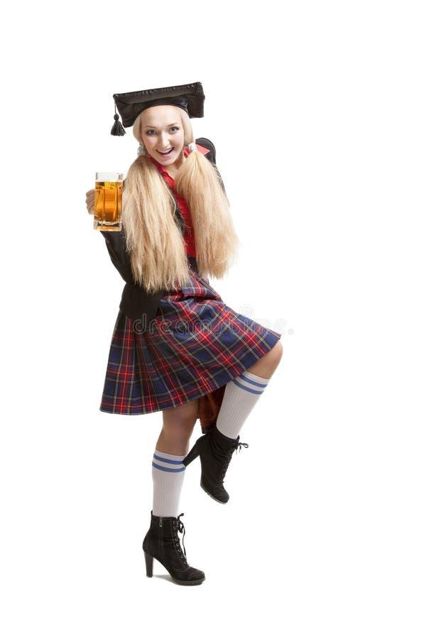 Mulher loura nova com caneca de cerveja imagem de stock