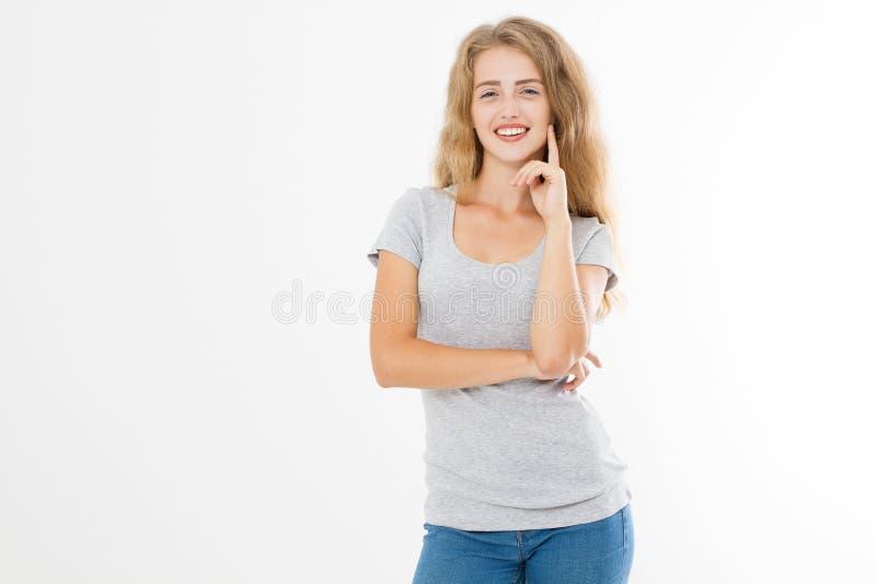 Mulher loura nova com corpo magro do ajuste na camisa vazia e nas calças de brim do molde t isoladas no fundo branco Copie o espa imagens de stock