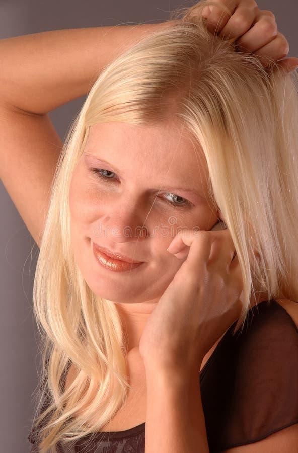 Mulher loura nova com móbil imagem de stock royalty free