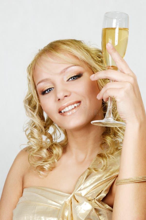 Mulher loura nova com vidro do champanhe fotos de stock