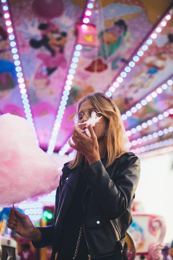A mulher loura nova come o floss do algodão doce imagens de stock