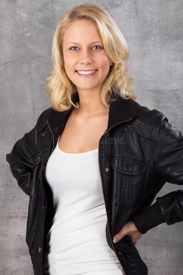 Mulher loura nova de sorriso feliz fotografia de stock royalty free