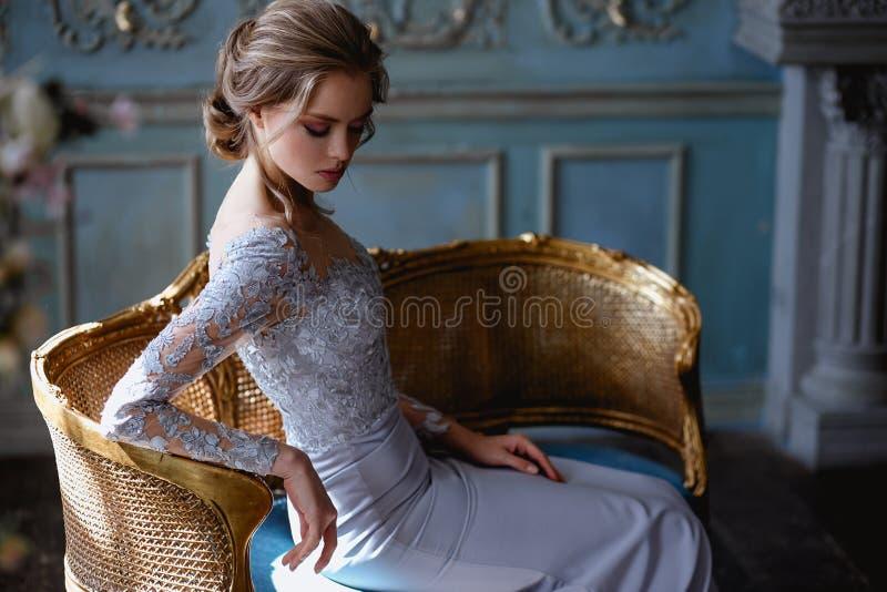 Mulher loura nova em uma luz - vestido da noiva de casamento azul fotos de stock