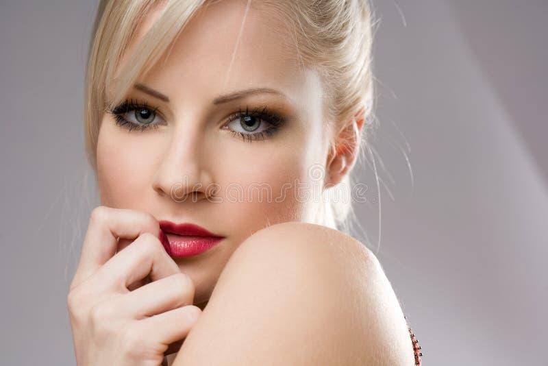 Mulher loura nova lindo. fotos de stock royalty free