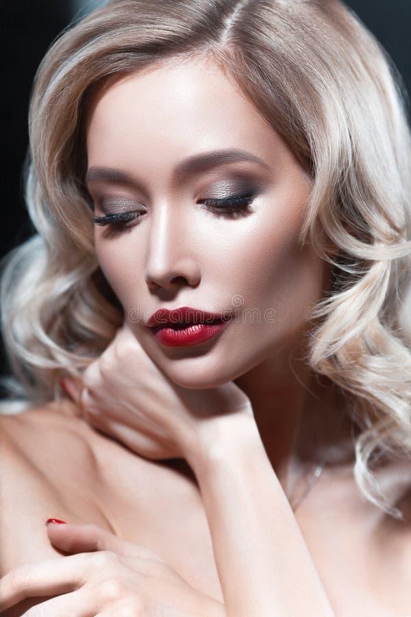 Mulher loura nova luxuoso com batom vermelho foto de stock