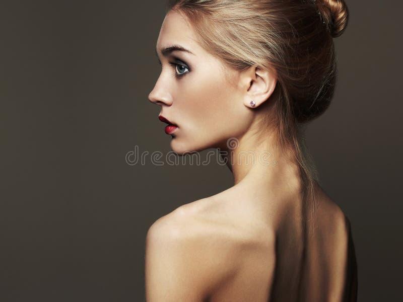 Mulher loura nova Menina loura bonita retrato da forma do close-up imagens de stock royalty free