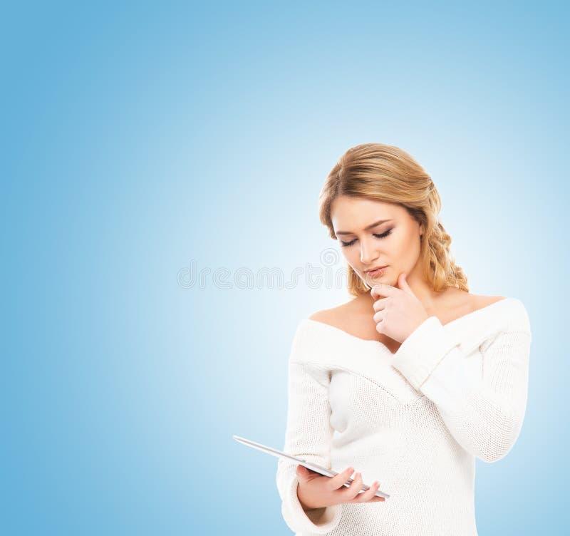 Mulher loura nova que guarda um tablet pc fotos de stock royalty free