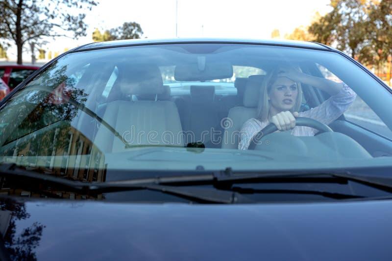 Mulher loura nova que perde seus nervos ao conduzir fotografia de stock royalty free