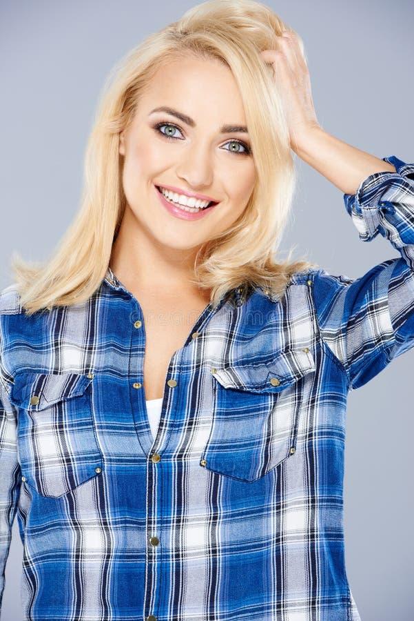 Mulher loura nova saudável de sorriso imagens de stock