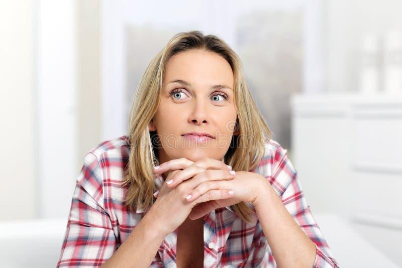 Mulher loura pensativa imagens de stock royalty free