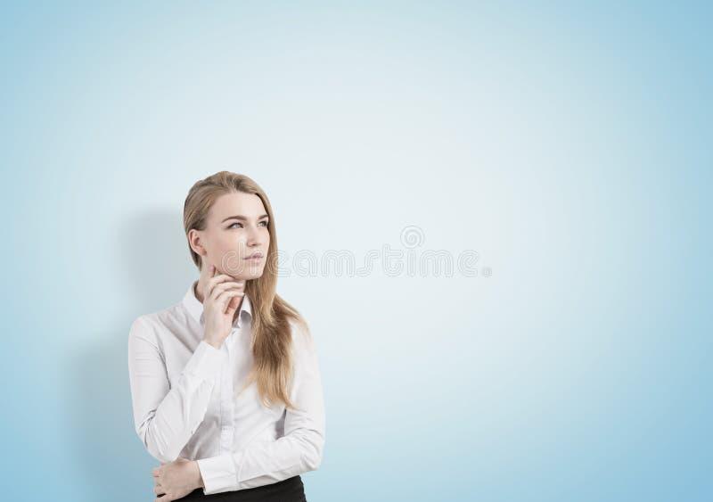 Mulher loura pensativa, azul imagem de stock
