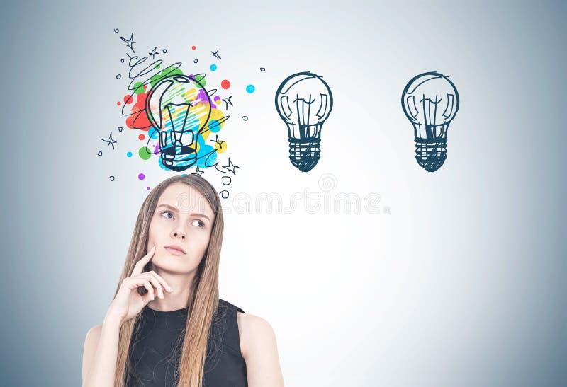Mulher loura pensativa, pensamento criativo fotografia de stock