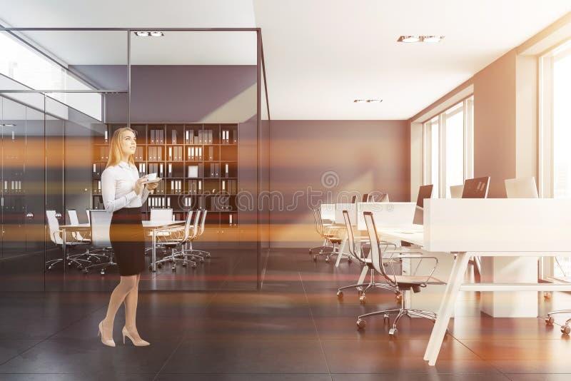 Mulher loura perto da sala de reunião cinzenta foto de stock royalty free