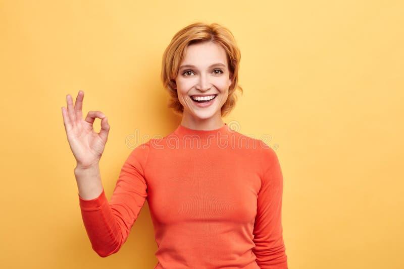 Mulher loura positiva com o sorriso de irradiação que olha a câmera fotos de stock royalty free