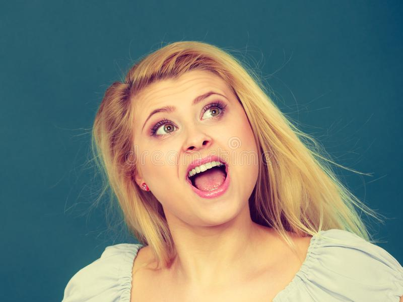 Mulher loura positiva feliz que tem a expressão engraçada da cara imagens de stock royalty free