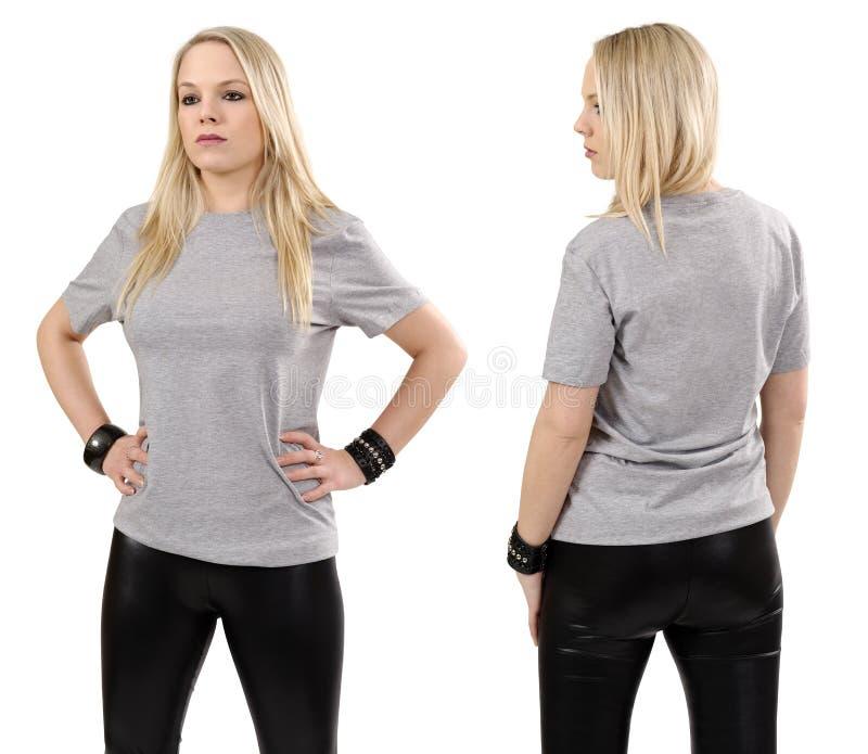 Mulher loura que levanta com a camisa cinzenta vazia imagens de stock
