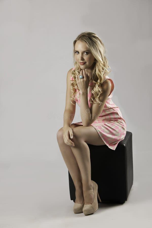 Mulher loura que levanta no vestido modelado rosa imagem de stock royalty free