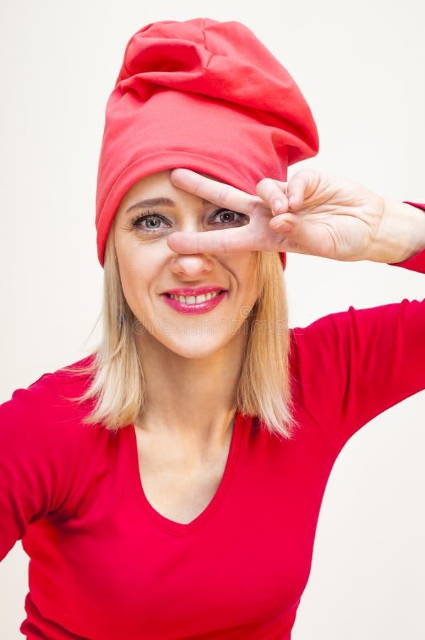Mulher loura que mostra dois sinais da mão dos dedos imagens de stock royalty free
