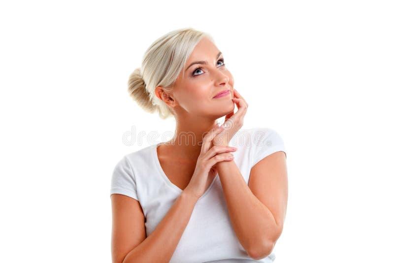 Mulher loura que pensa sobre o branco fotos de stock royalty free
