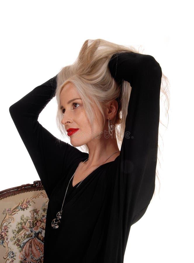 Mulher loura que suja seu cabelo fotografia de stock