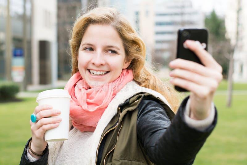 Mulher loura que toma a foto do selfie imagens de stock royalty free