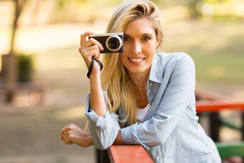 Mulher loura que toma fotos foto de stock royalty free