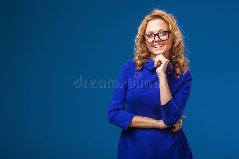 Mulher loura que veste o vestido azul imagens de stock royalty free
