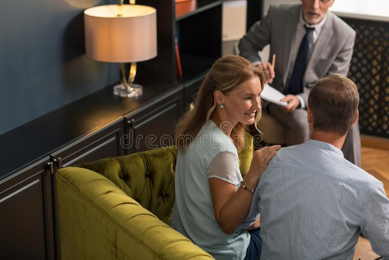 Mulher loura satisfeito que olha maciamente em seu marido imagem de stock