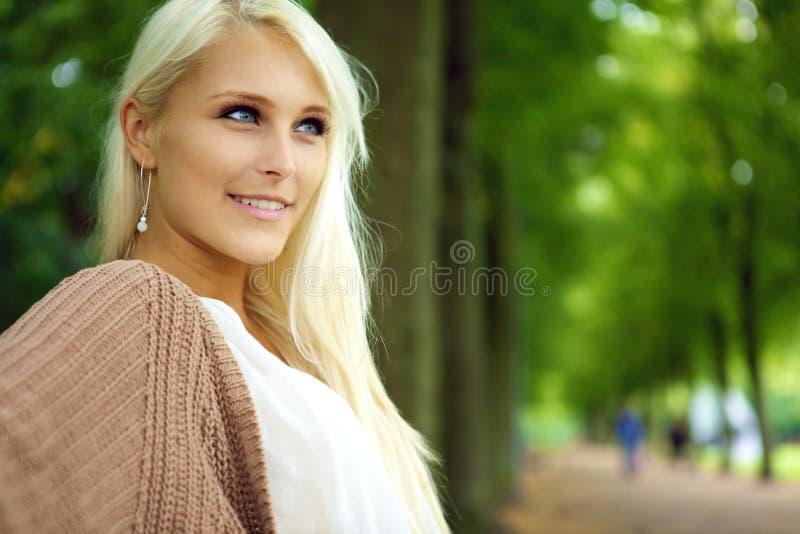 Mulher loura Self-assured confiável atrativa fotografia de stock royalty free
