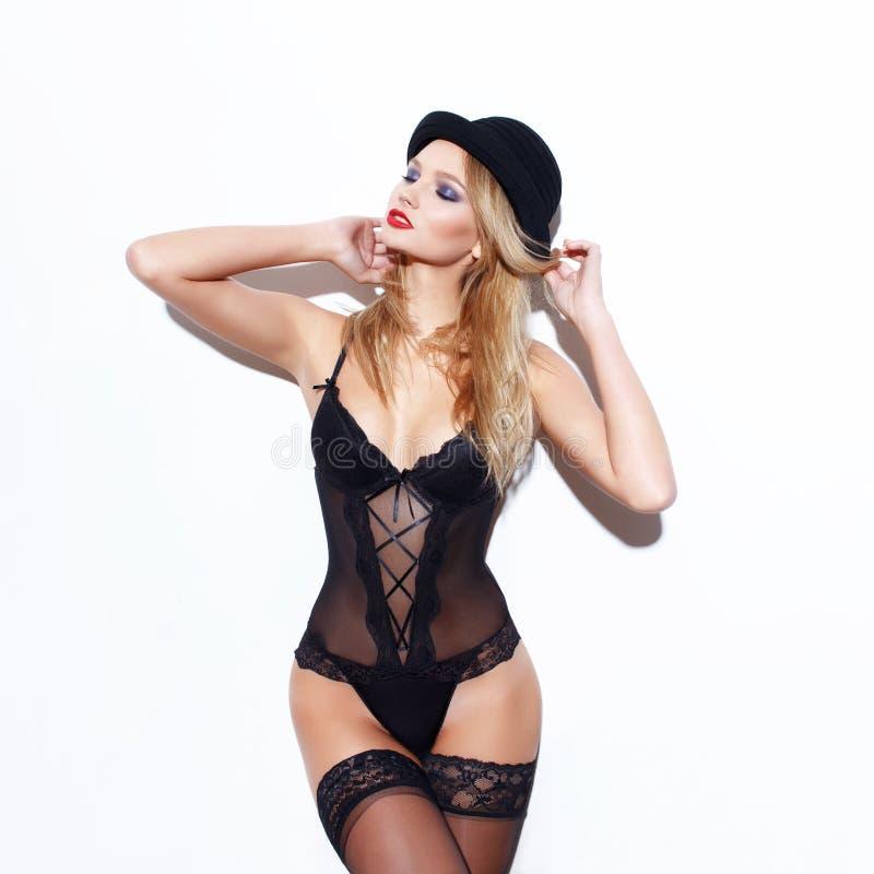 Mulher loura sensual no levantamento do chapéu imagens de stock royalty free