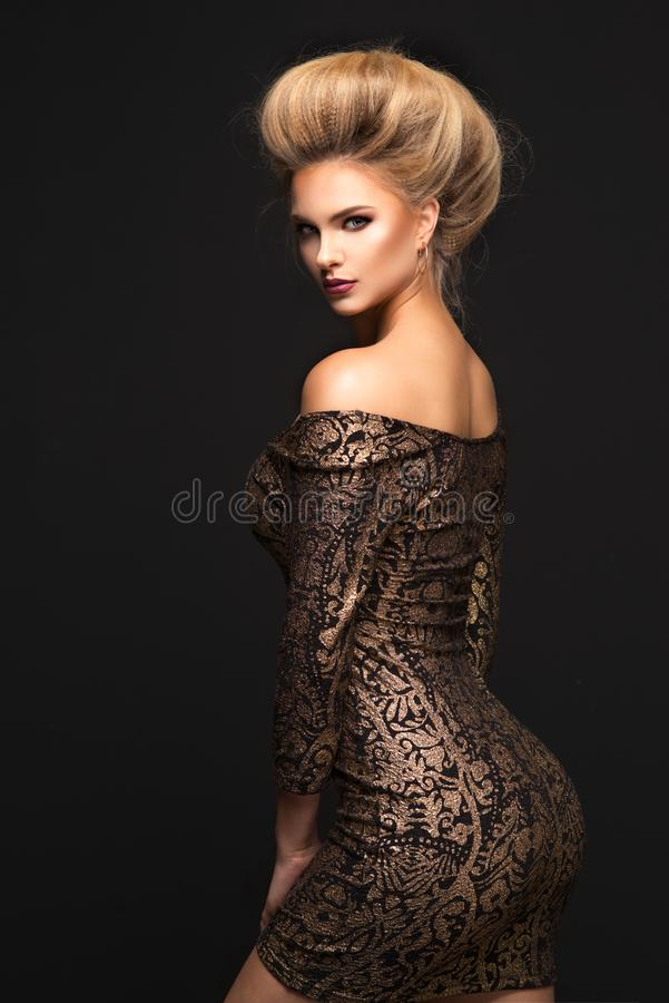 Mulher loura sensual que levanta no vestido preto fotografia de stock royalty free
