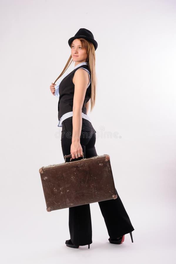 Mulher loura 'sexy' com mala de viagem do vintage fotos de stock