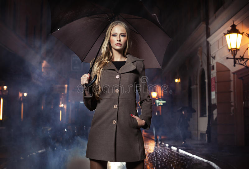 Mulher loura 'sexy' com ubrella fotografia de stock
