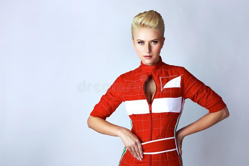 Mulher loura 'sexy' da beleza do retrato no vestido vermelho perfeito imagens de stock royalty free