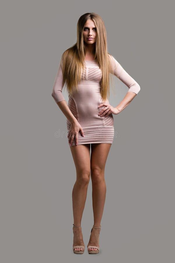 Mulher loura 'sexy' em pouco vestido da forma fotografia de stock