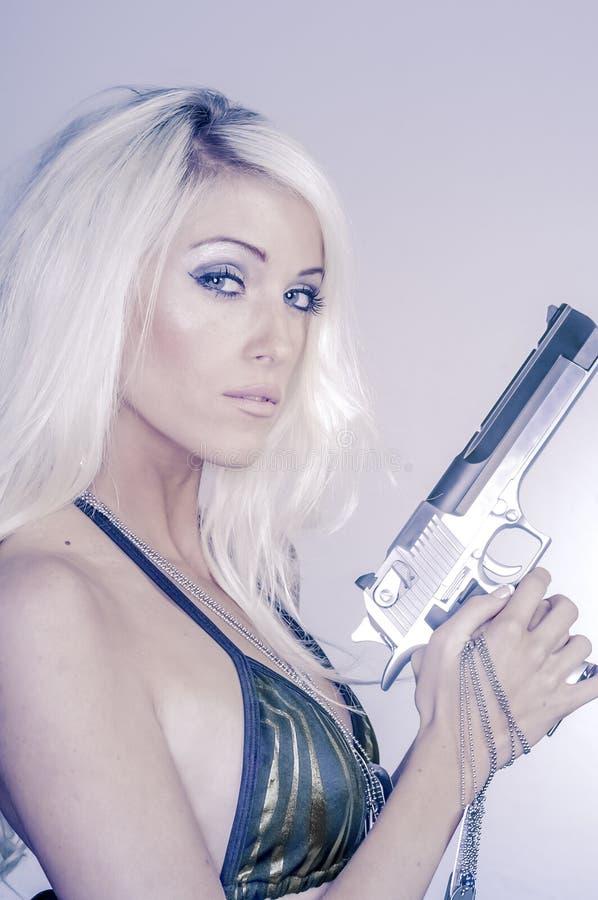 Mulher loura 'sexy' que guarda a arma foto de stock royalty free