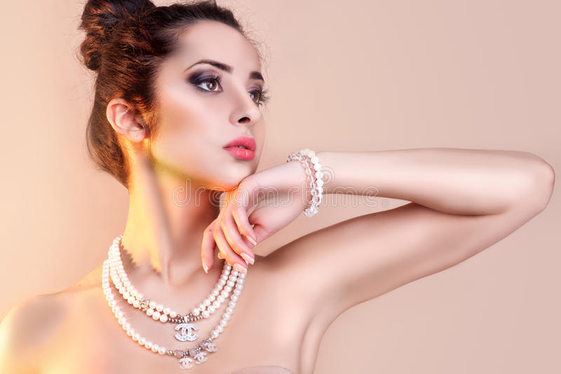 Mulher luxuosa bonita com joia imagem de stock
