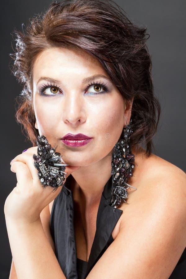 Mulher luxuosa com decorações exclusivas imagem de stock royalty free