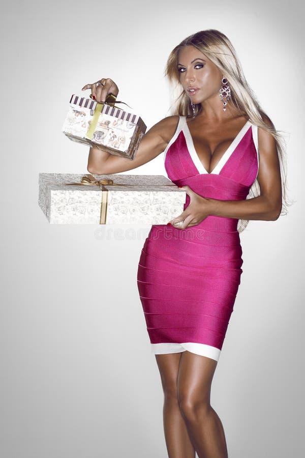 Mulher luxuosa com presentes fotos de stock royalty free