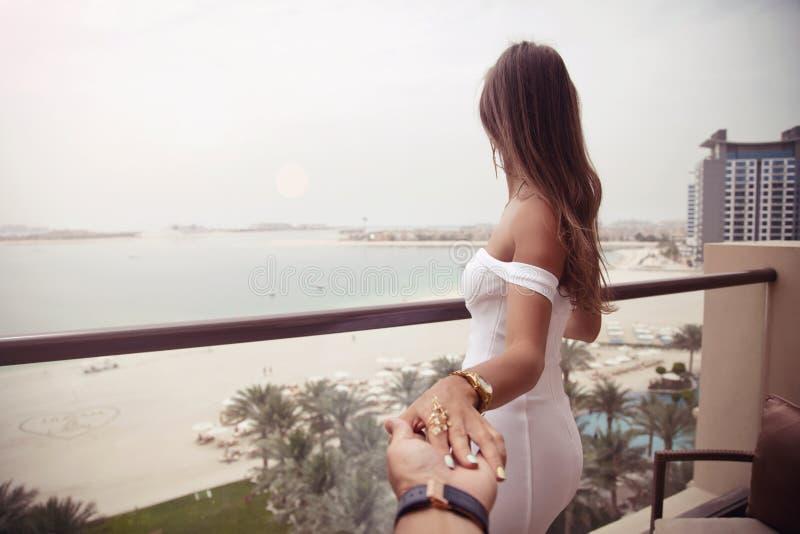 Mulher luxuosa das férias do curso que guarda a mão do marido depois de h foto de stock royalty free