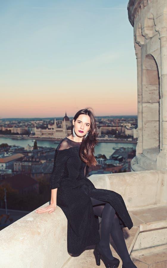 Mulher luxuosa de vestido de noite Moda e beleza da empresária Garota com maquiagem de glamour Vista de cidade com princesa em fotos de stock