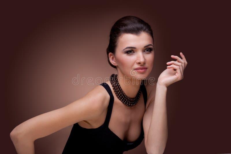 Mulher luxuosa na jóia da colar da pérola foto de stock