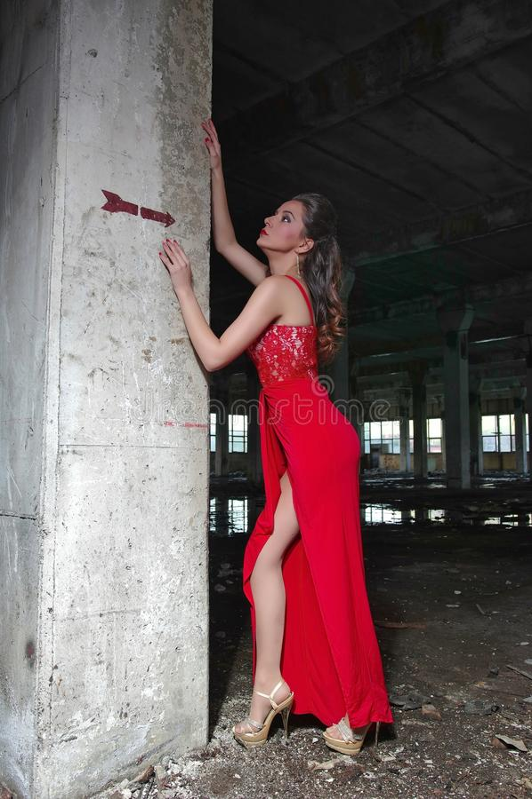 Mulher luxuosa perto da coluna concreta imagem de stock royalty free