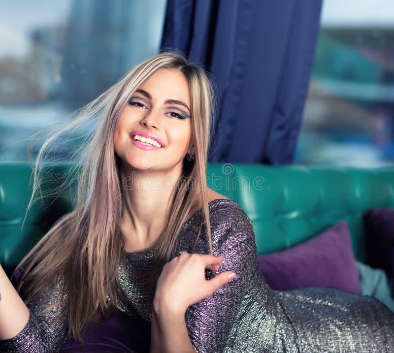 Mulher luxuoso bonita que encontra-se em um sofá imagens de stock royalty free