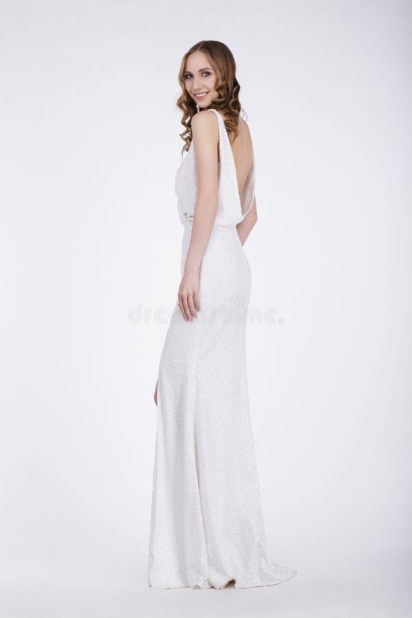 Mulher luxuoso no levantamento longo do vestido imagens de stock royalty free