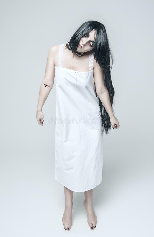 Mulher místico do fantasma na camisa longa branca fotografia de stock royalty free